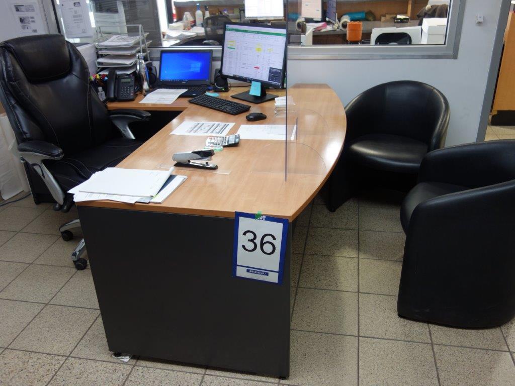 Lot : poste de travail avec retour, 3 fauteuils en cuir, table en coin 3 tiroirs, filière latérale 4