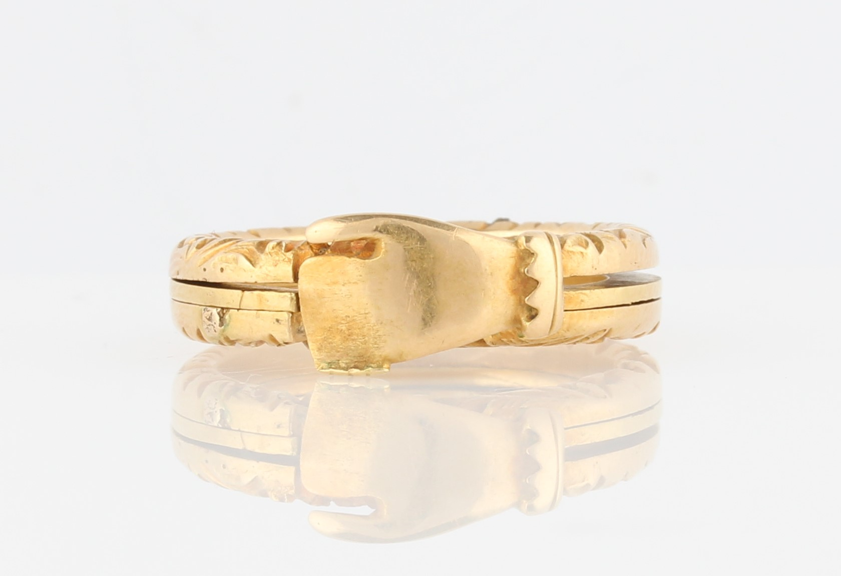 Lot 27 - A gimmel ring, consisting of three linked bands, the outer two engraved with scroll design, bands