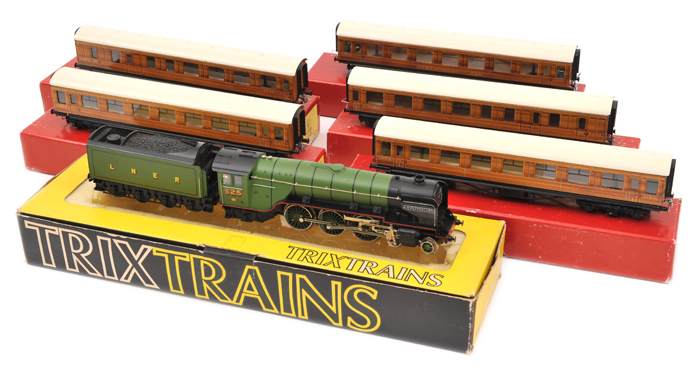 Lot 50 - TRIX OO gauge LNER class A2 4-6-2 tender locomotive. 'A.H. Peppercorn' RN 525 with an 8 wheeled