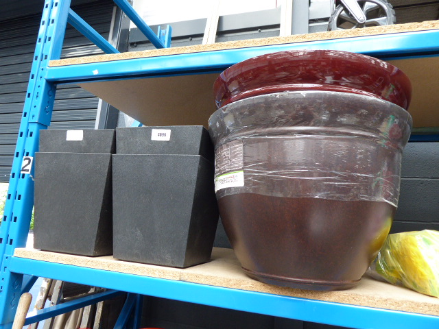 4 small black pots and 2 large round pots