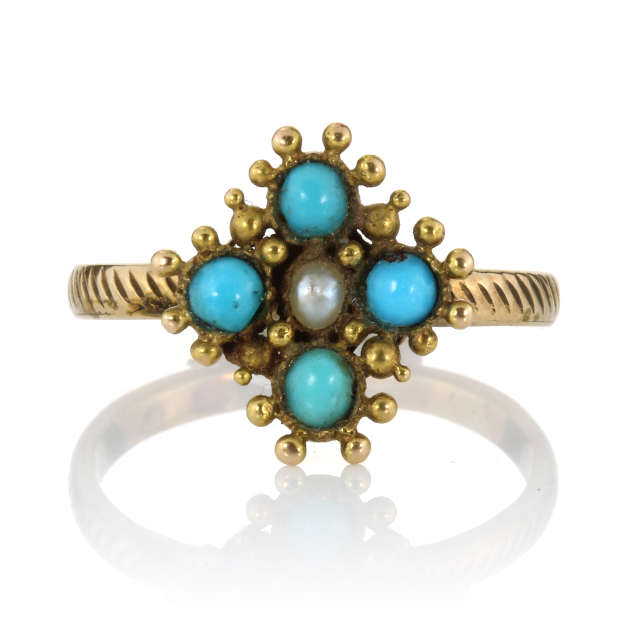 Los 17 - AN ANTIQUE TURQUOISE AND PEARL DRESS RING set with a central pearl surrounded by four turquoise
