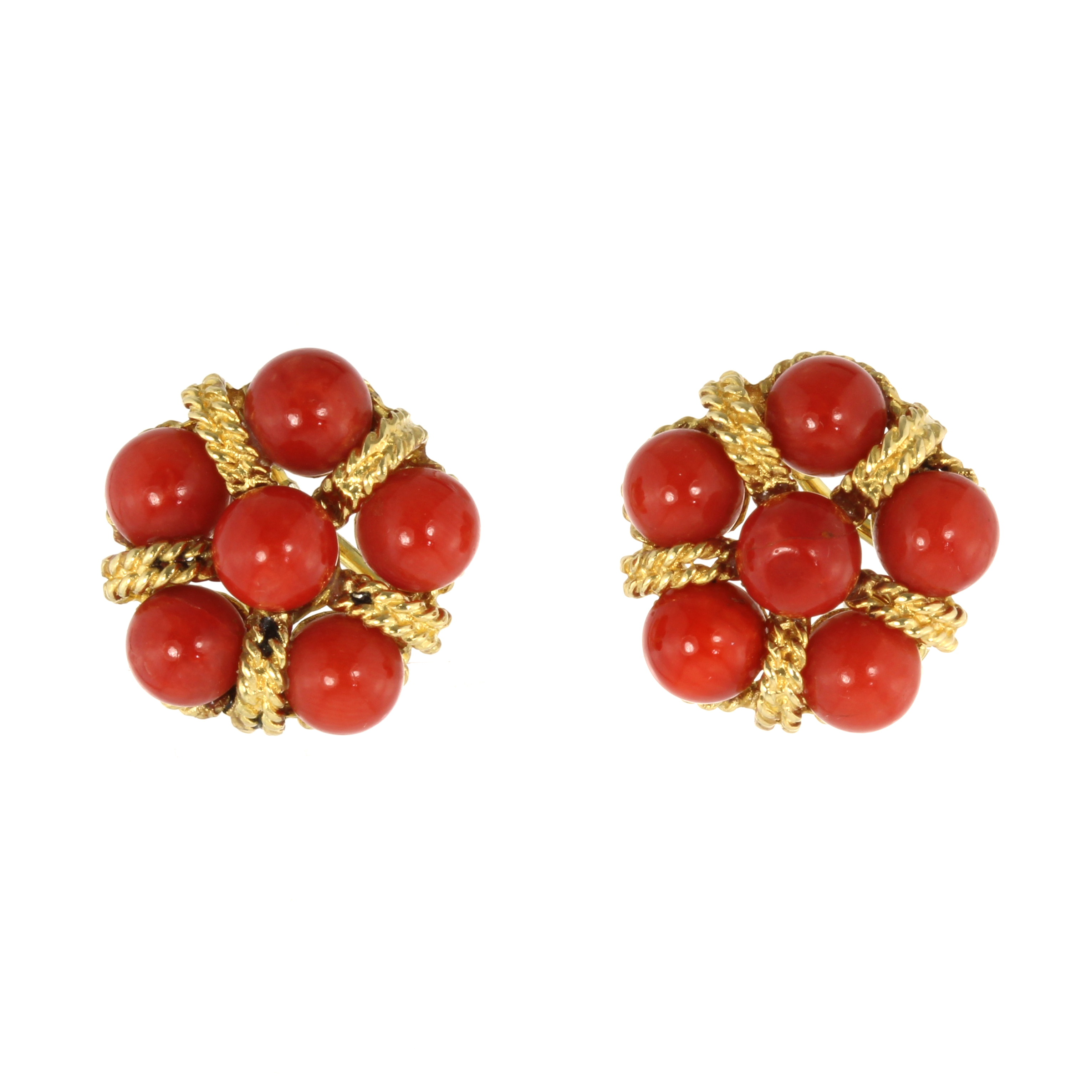 Los 16 - A PAIR OF CORAL EARRINGS, CIRCA 1970 each set with a cluster of six coral beads within twisted