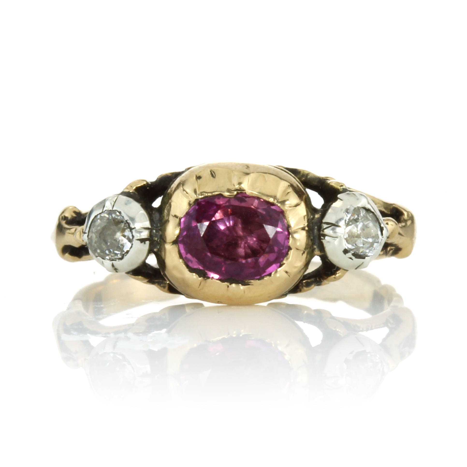 Los 40 - AN ANTIQUE RUBY AND DIAMOND THREE STONE RING, EARLY 19TH CENTURY set with a central oval cut ruby