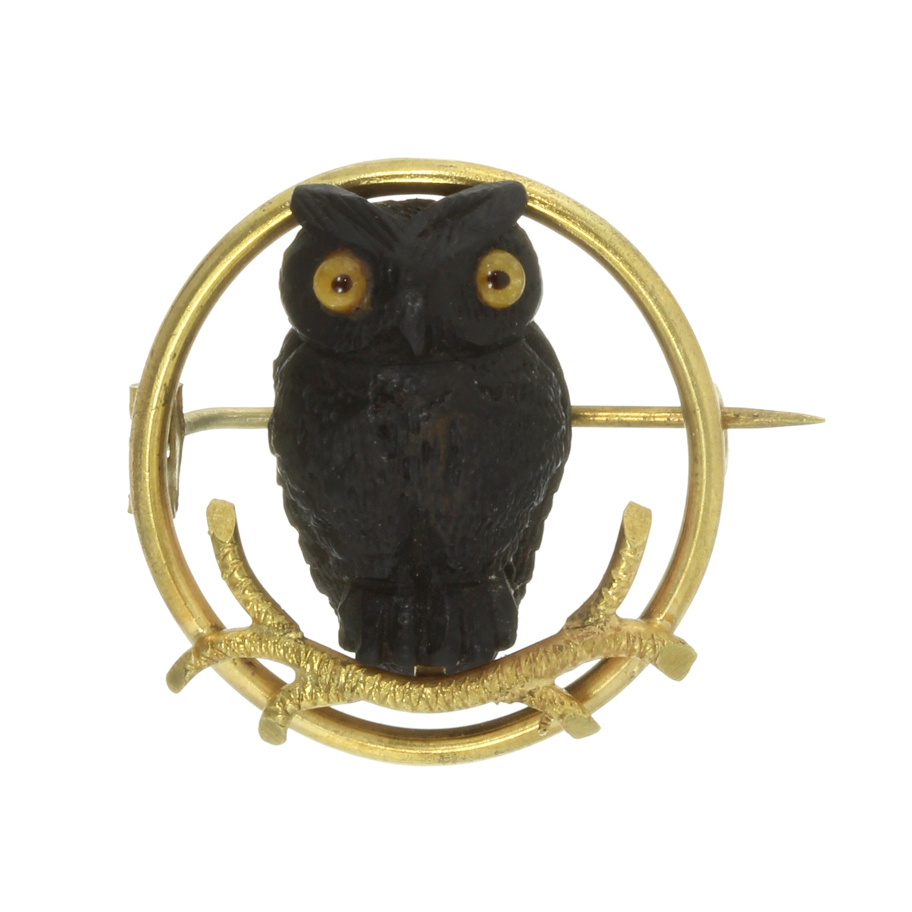 Los 53 - A WOODEN OWL BROOCH, EARLY 20TH CENTURY designed as a carved wooden owl with glass eyes, seated on a