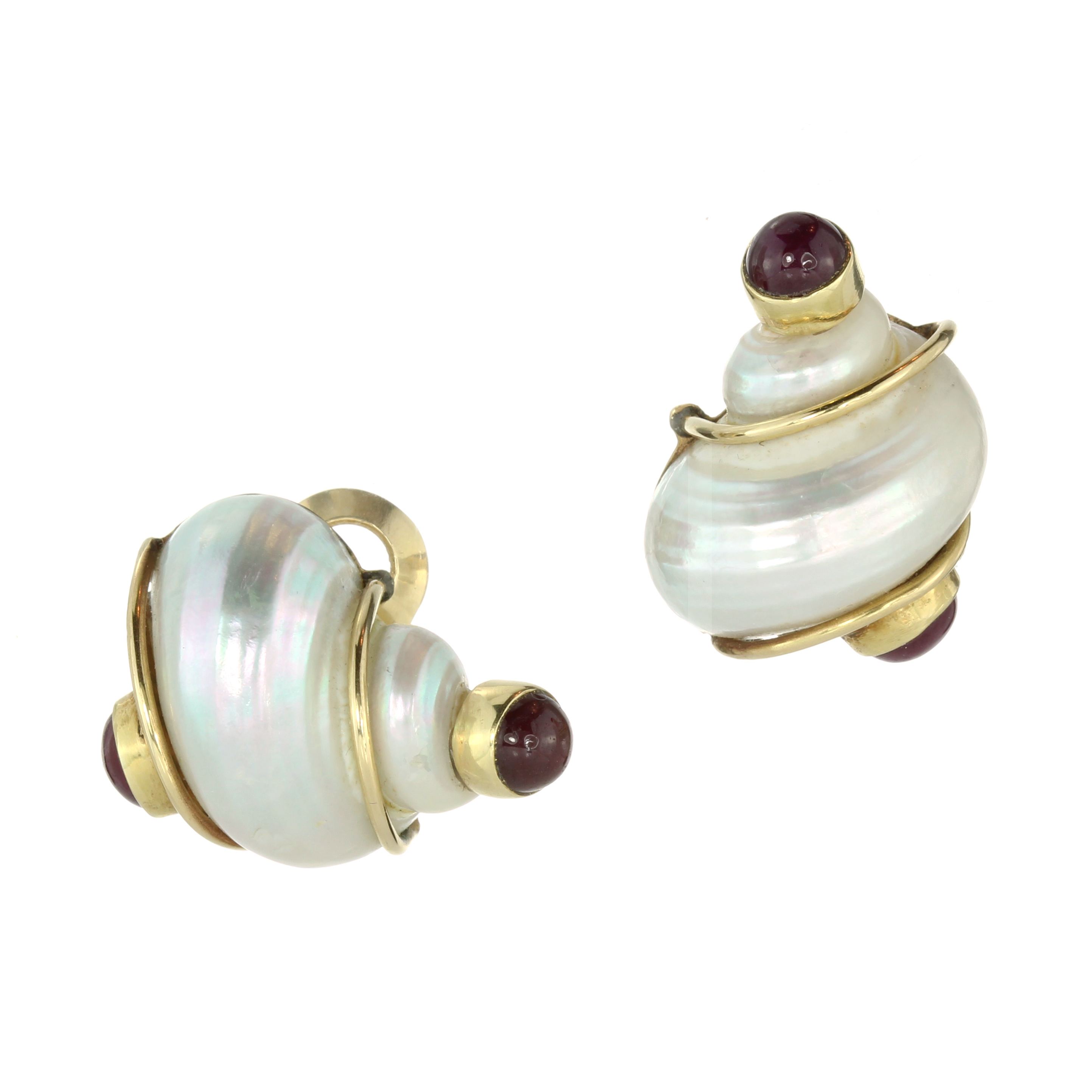 Los 2 - A PAIR OF RUBY AND MOTHER OF PEARL SHELL CLIP EARRINGS, SEAMAN SCHEPPS CIRCA 1970 each designed as a