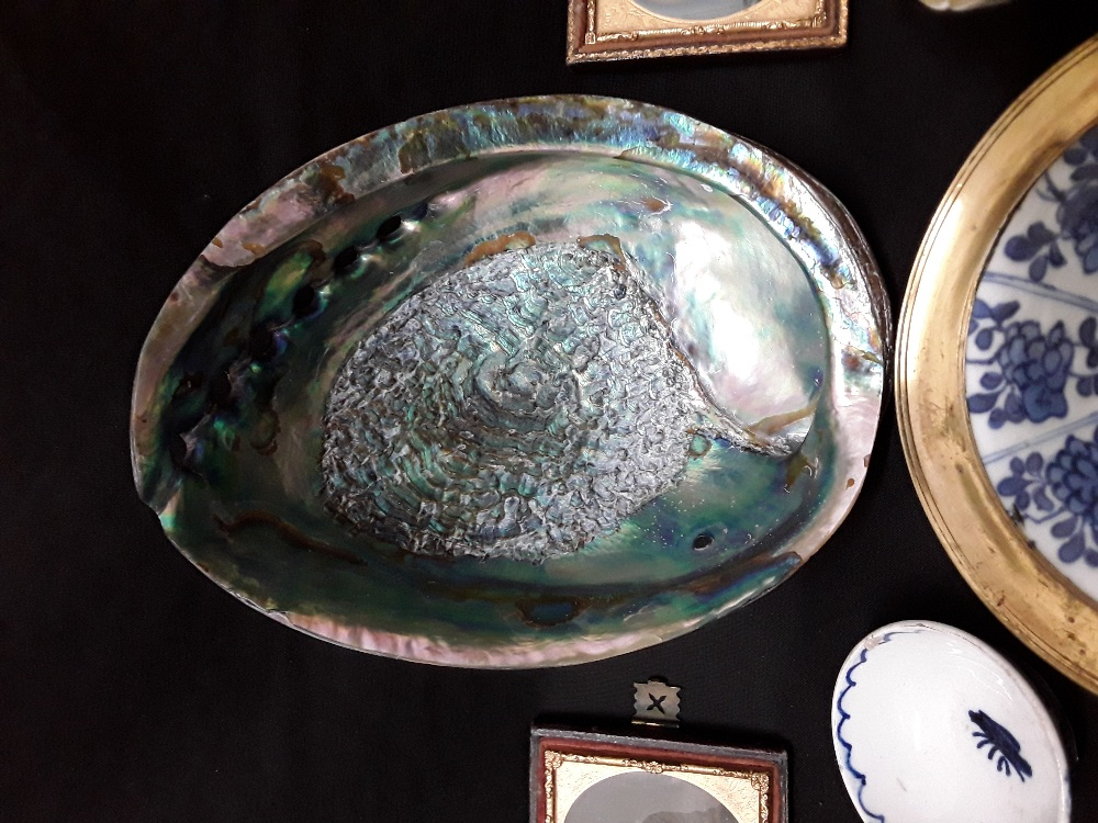 An assortment of mixed colectabuls including Japanese rice bowls treem dishes abalone shell, etc - Image 2 of 3