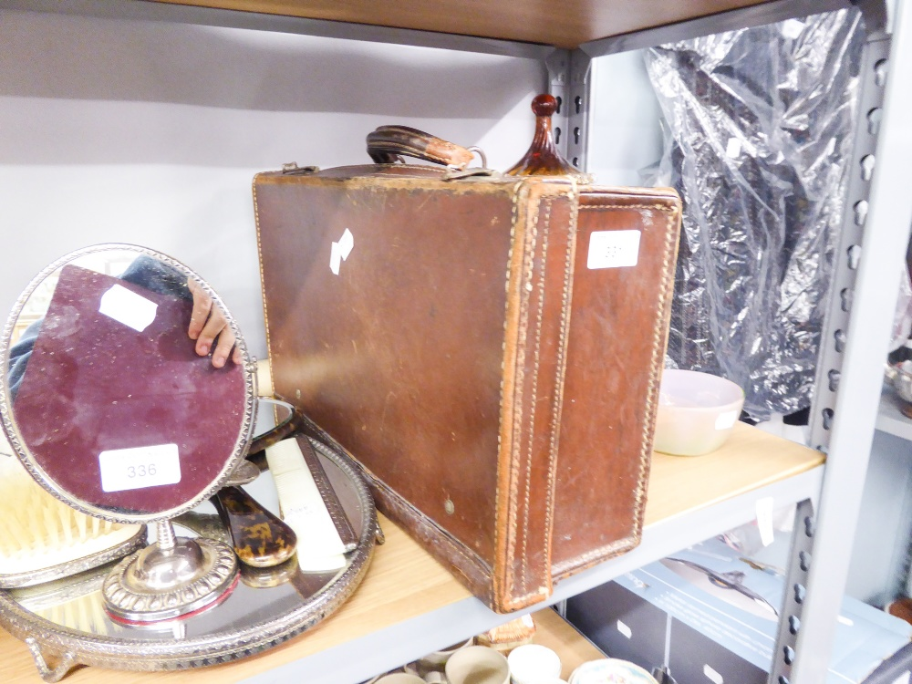 Lot 331 - A SMALL LEATHER TRAVELLING CASE AND A 1977 JUBILEE POSTER (2)