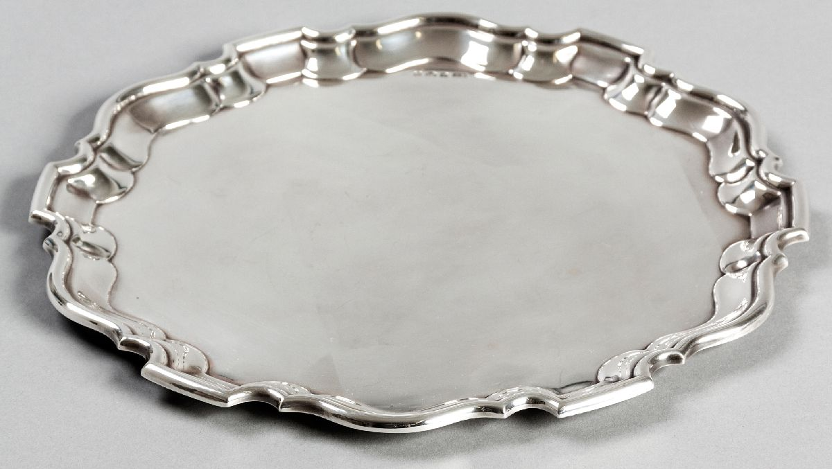 Lot 5 - A 20TH CENTURY SILVER SALVER, SHEFFIELD 1964, E.V., of circular-form, piecrust border and plain