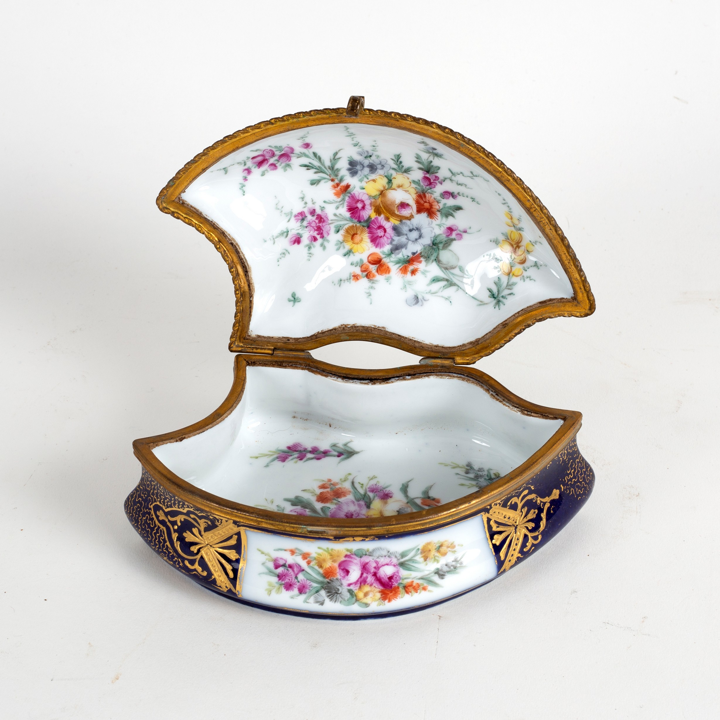 Lot 220 - A French porcelain box, the cover decorated figures, signed P Roche, 18.