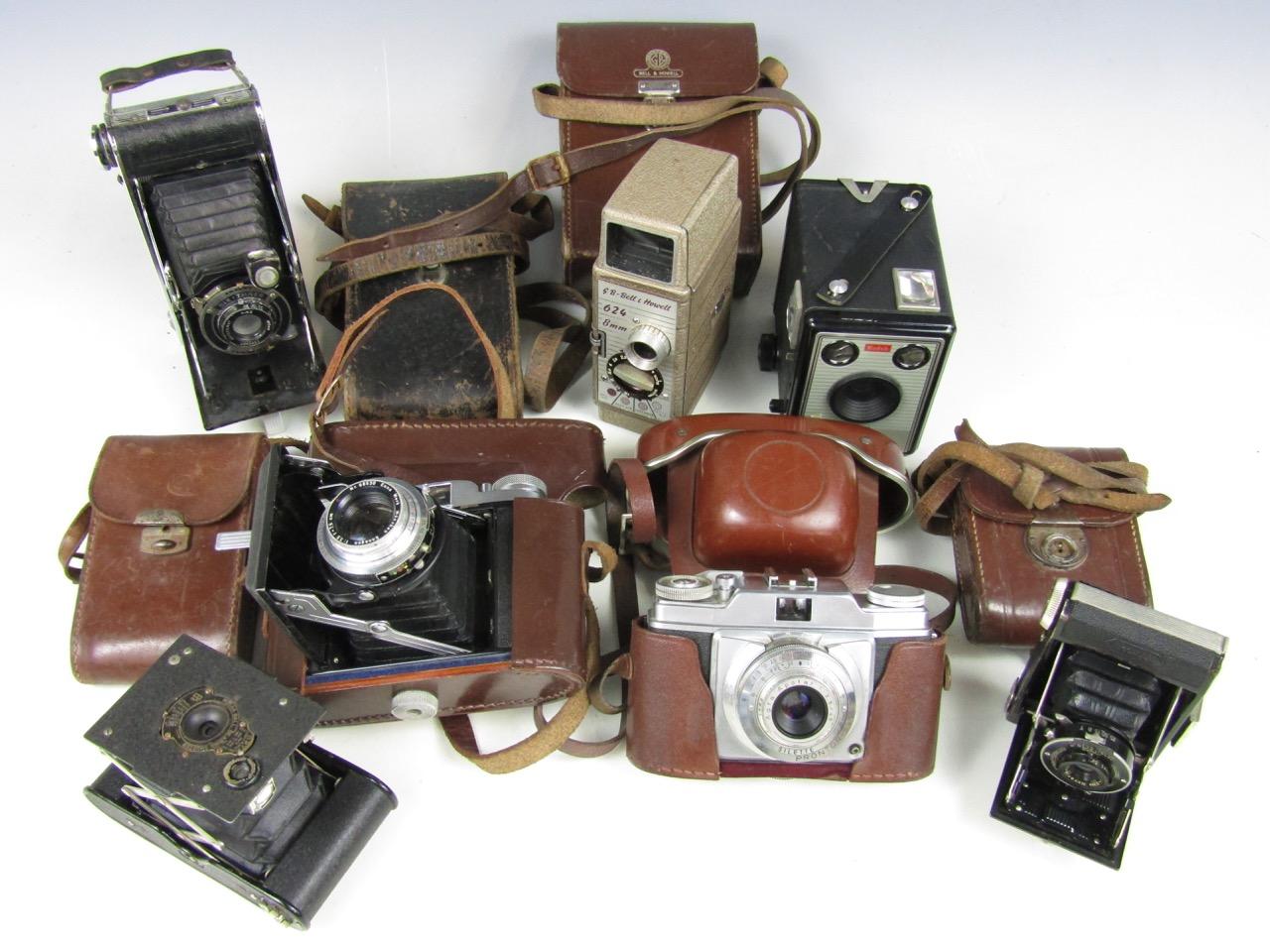 Lot 35 - A quantity of vintage cameras including a Kodak vest pocket, a Zeiss Ikonta 20 /18 folding camera, a