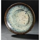 SCHALE MIT GEFLAMMTER GLASURGlasiertes Steinzeug. China, späte Tang bis Song/Yuan, ca. 10. bis 14.