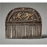 KAMM MIT BLÜTEN UND VOGELDEKOR Silber-Repoussé mit Vergoldung. China, vermutlich Tang-Dynastie (