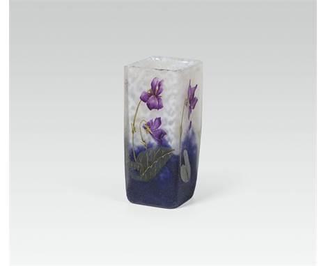 Kleine Vase mit Veilchen, Daum Frères, Nancy, 1895-1900 farbloses Glas, weiße und violette Pulvereinschmelzungen; Gold-, grü