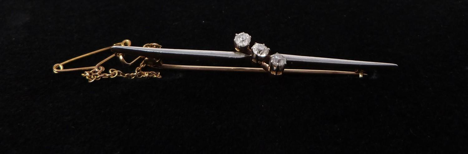 A 3 stone diamond cross over bar brooch, set with three round old cut diamonds in openback claw - Image 7 of 7