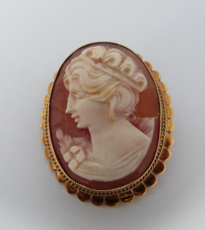 A Gold cameo brooch/pendant depicting ladies side profile, 9 K gold and heart shaped Cubic - Image 2 of 8