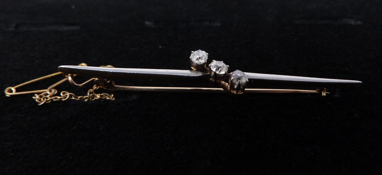 A 3 stone diamond cross over bar brooch, set with three round old cut diamonds in openback claw - Image 6 of 7