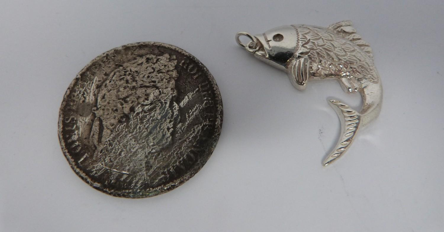 A white metal oriental handled dish, coin, silver fish pendant and white metal thai buckle, basket - Image 5 of 9