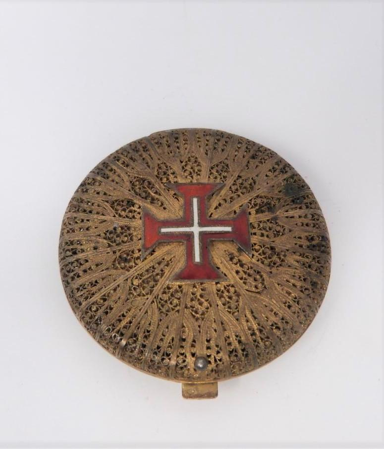 A Portuguese silver gilt filigree and enamel compact, red and white enamel cross on front, - Image 6 of 6