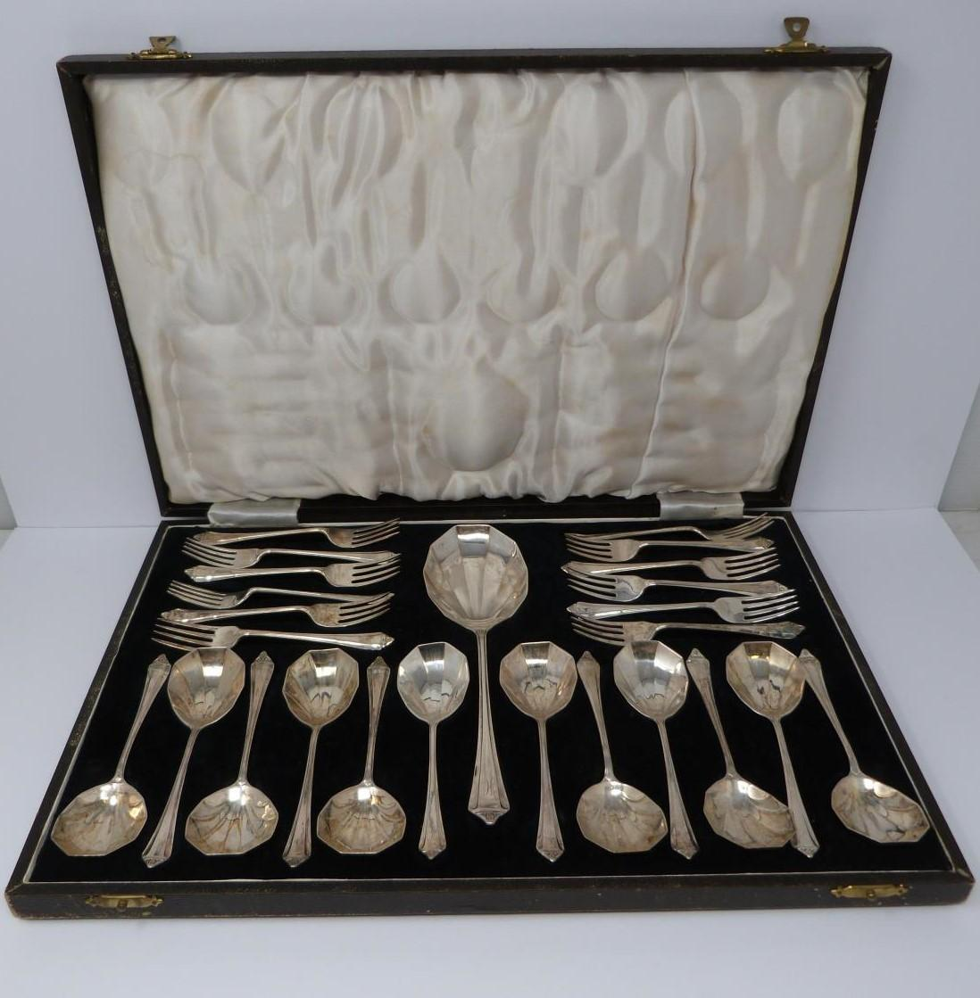 A cased set of Art Deco shell design silver forks and spoons, by P. Ashberry and Sons, 1929 and 1932