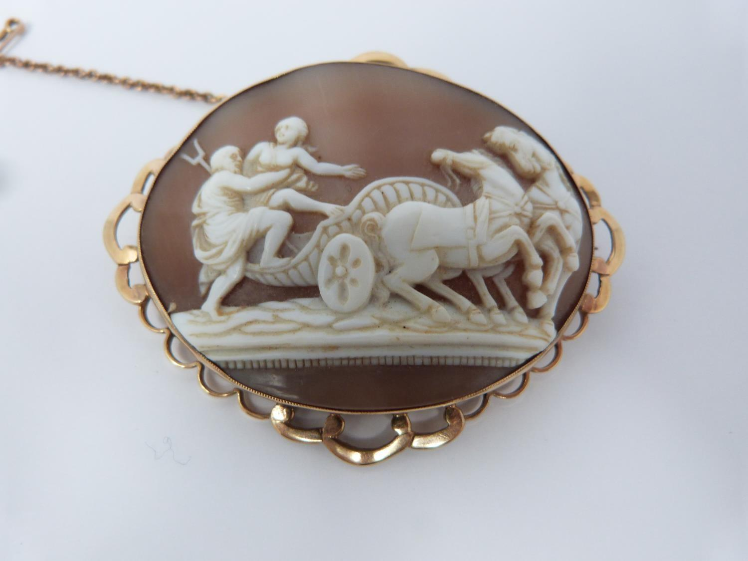 A 9ct stamped yellow gold landscape cameo brooch depicting man and woman climbing into a chariot - Image 4 of 9