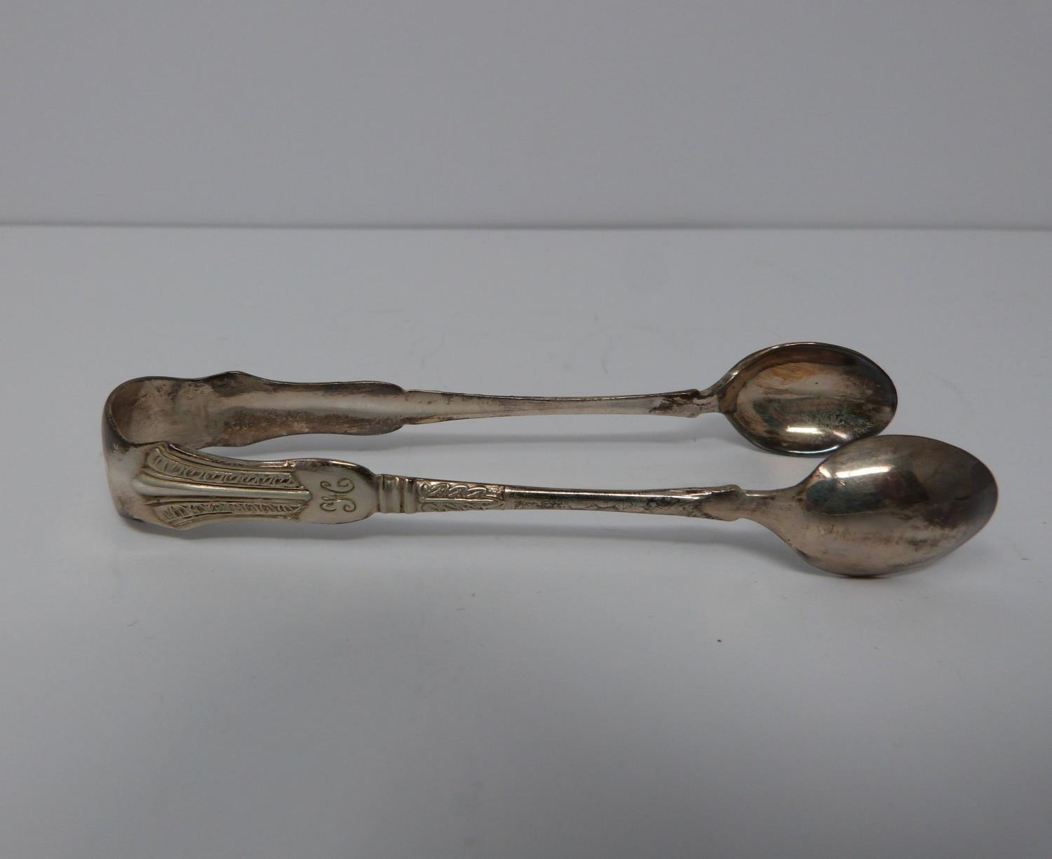 12 cased silver spoons and matching tongs, William Devenport, Birmingham, 1921, feather and leaf - Image 3 of 8