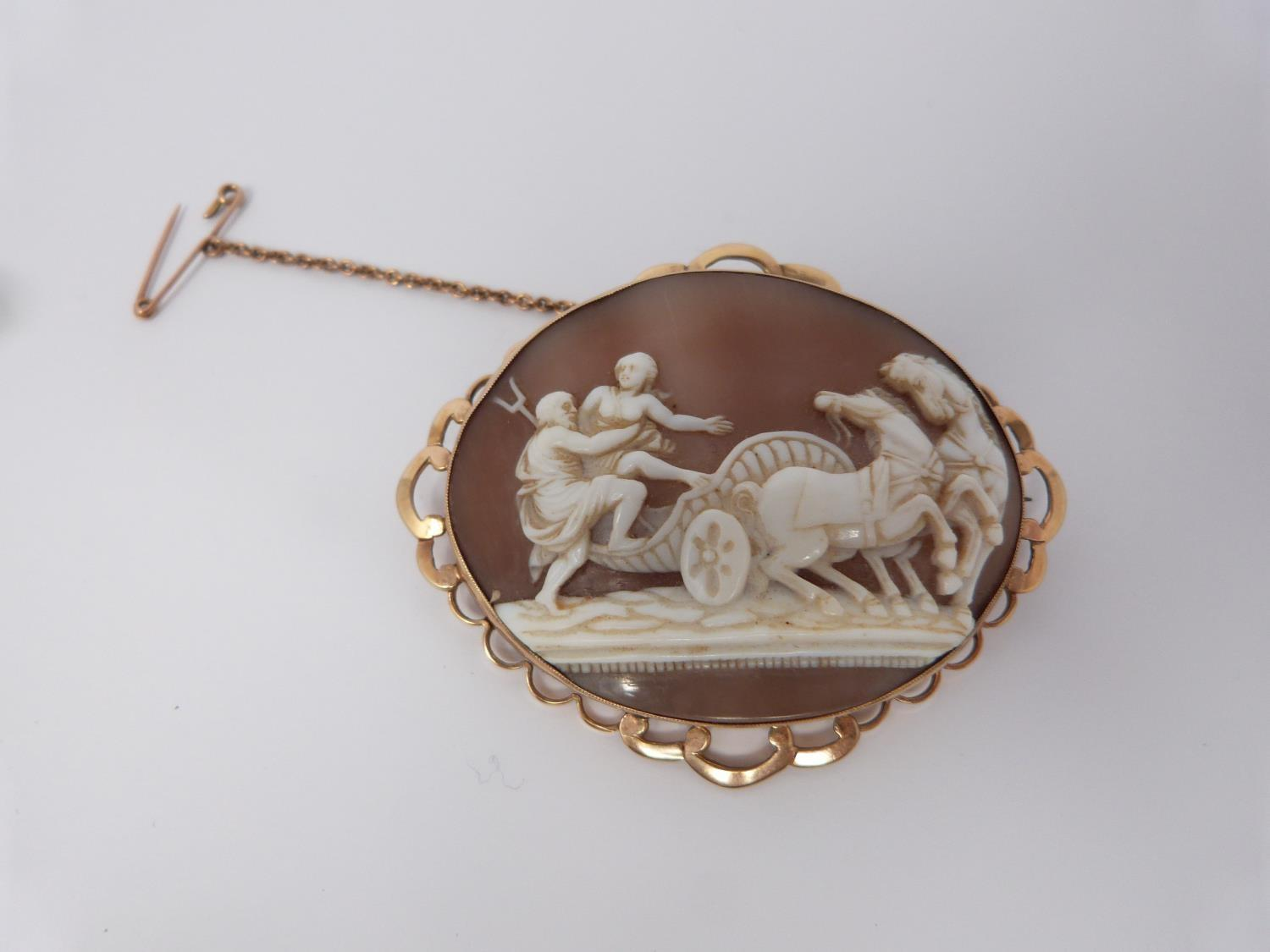 A 9ct stamped yellow gold landscape cameo brooch depicting man and woman climbing into a chariot - Image 3 of 9