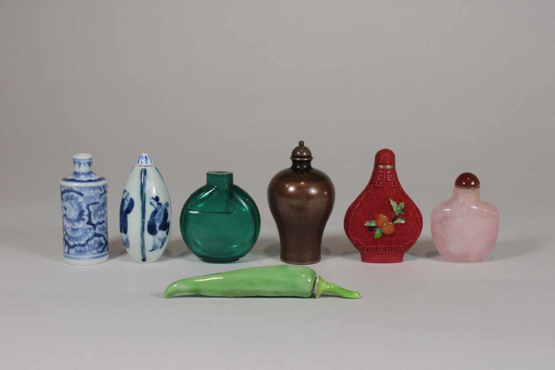 Konvolut 7 Snuff Bottles 2x Porzellan Blau Weiss Mit Figuren Und Blumen Dekor Mit Kangxi Bzw C
