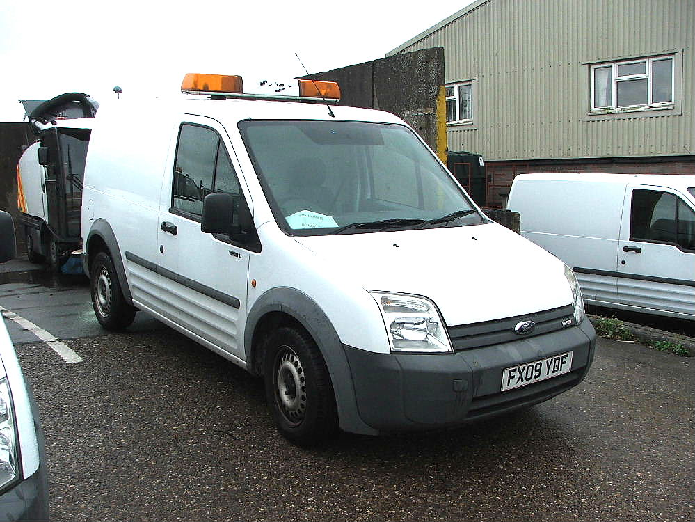 Lot 760 - WHITE FORD CONNECT T230L WITH ROOF LIGHT & TOW BALL 09 PLATE 40229 MILES MOT 03 2018