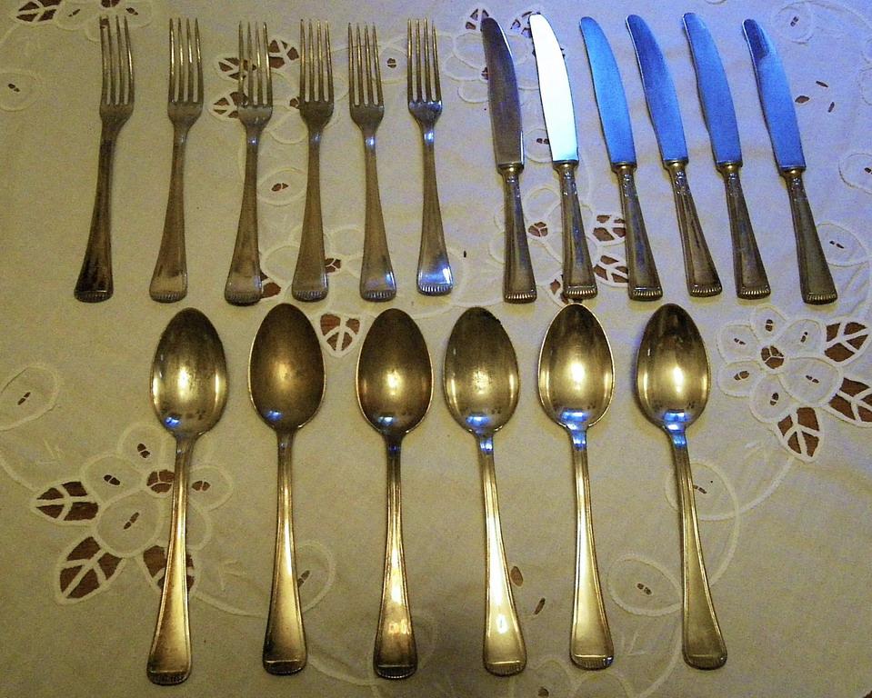 Lot 11 - Servizio di posate 6 coltelli 6 cucchiai marcati, 6 forchette di cui 1 Novalux in metallo argentato