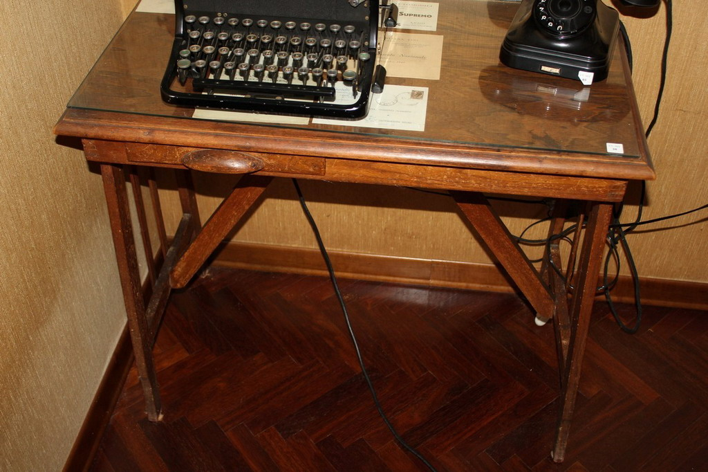 Lot 36 - Tavolino dattilo anni '30, cm. 80x44xh70