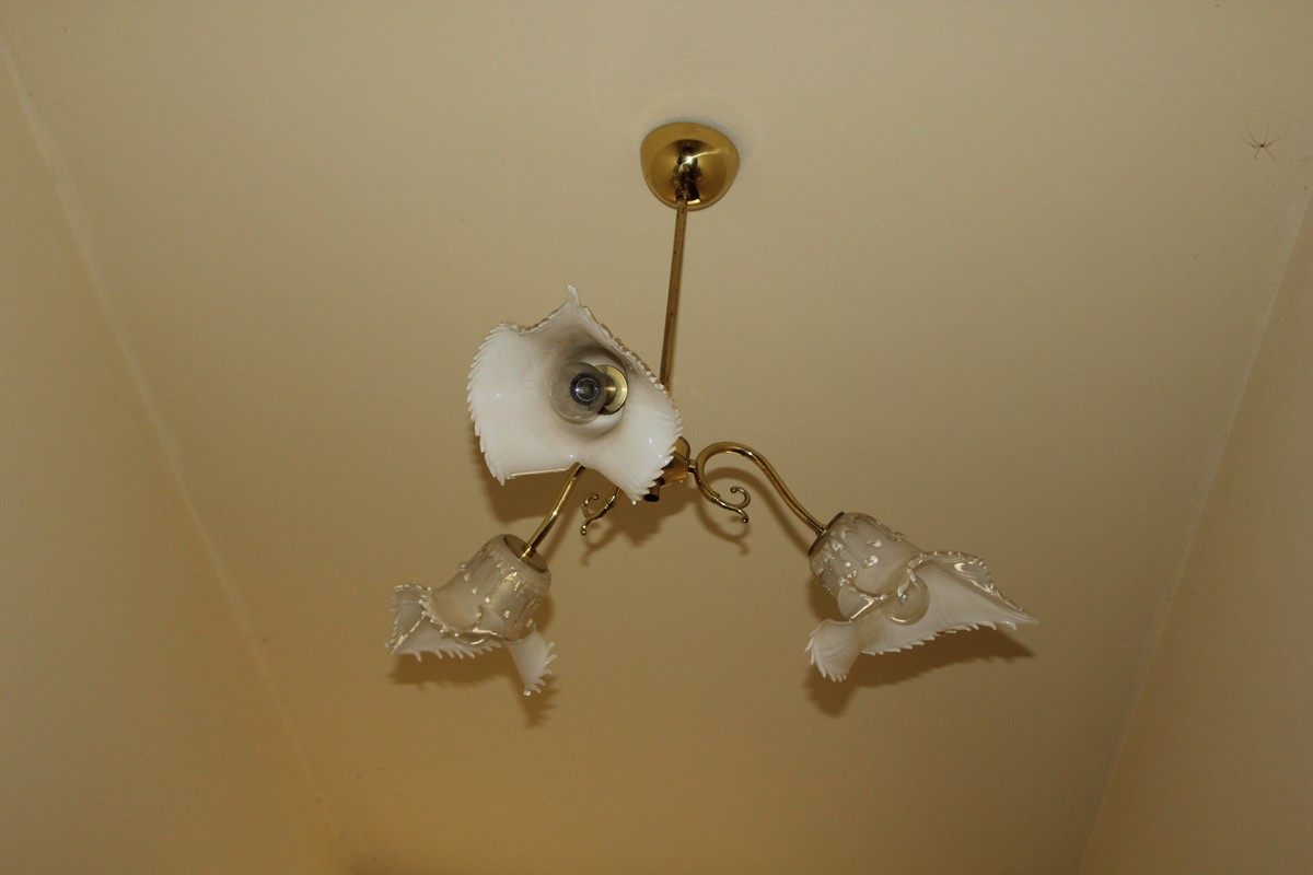 Lot 12 - Lotto di due lampadari in ottone e vetro a tre luci, modello Jonica, vetreria Seguso vetri d'arte