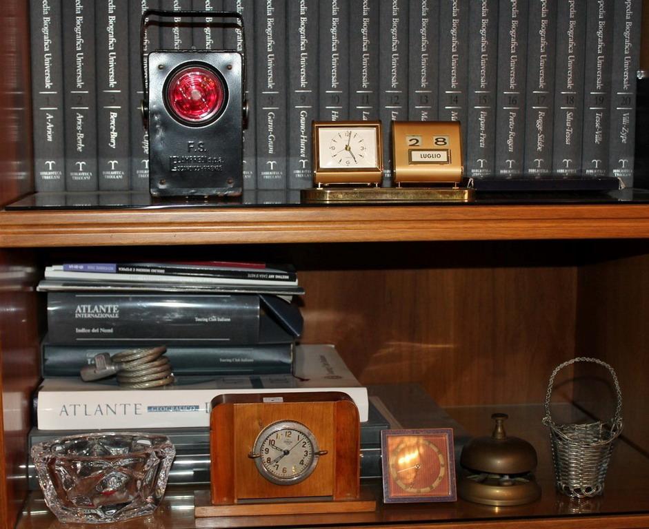 Lot 8 - Lotto di tre orologi, cestino, posacenere in cristallo, luce F.S Lampredi e campanello