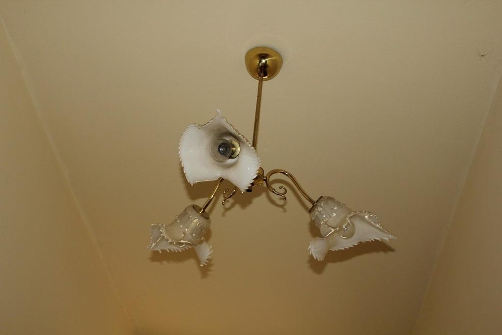 Lot 30 - Lotto di tre lampadari in ottone e vetro a tre luci, modello Jonica, vetreria Seguso vetri d'arte