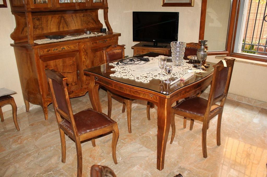 Lot 57 - Sala da pranzo composta da due credenze con alzata impreziosita di radica, anni'40, cm. 150x50xh230,