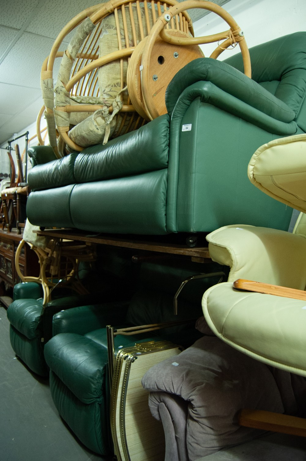 Lot 64 - A GREEN LEATHER TWO SEATER UPHOLSTERED SETTEE AND TWO ELECTRIC RECLINING ARMCHAIRS