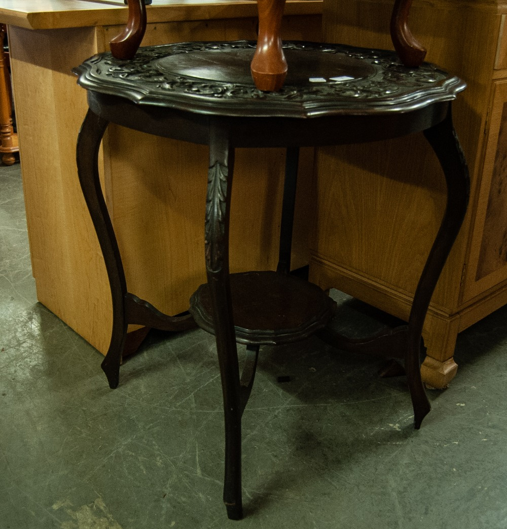 Lot 7 - AN EDWARDIAN MAHOGANY CENTRAL TABLE WITH SHAPED TOP, LOW RELIEF CARVED EDGE OVER CENTRAL UNDERTIER