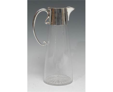 An Edwardian E.P.N.S mounted clear glass spreading cylindrical claret jug, hinged cover, scroll handle, star-cut base, 25cm h