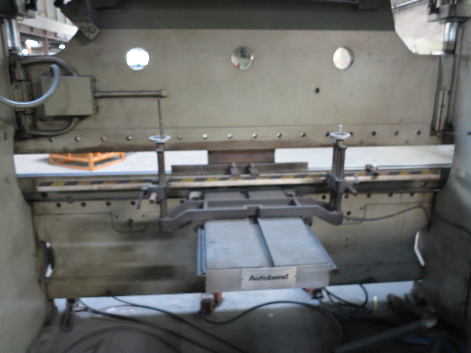 "CINCINNATI PRESS BRAKE, 90-TON X 10', MODEL 90CBX8, 8"" STROKE, AUTOBEND IV CNC CONTROL, FOOT - Image 7 of 8"