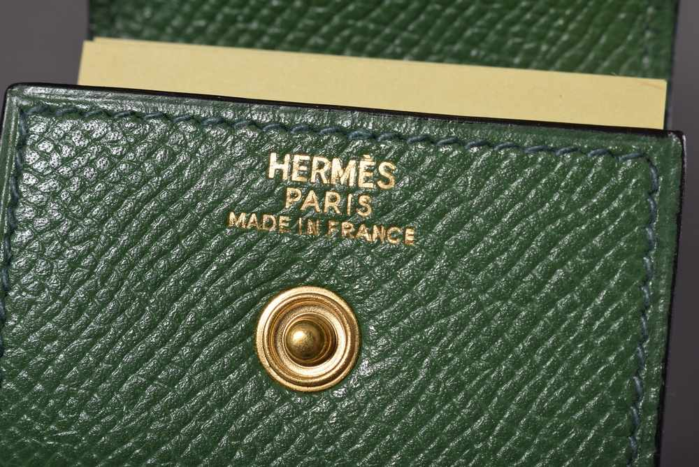 Lot 19 - Kleines Hermès Post-it Etui, grünes Leder mit goldfarbenem Knopf, 5x6cmSmall Hermès Post-it case,