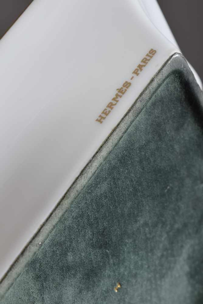 "Lot 28 - Hermès Porzellan Ascher ""Rennpferd"", farbiges Druckdekor, 20x16cmHermès ashtray ''racehorse'',"