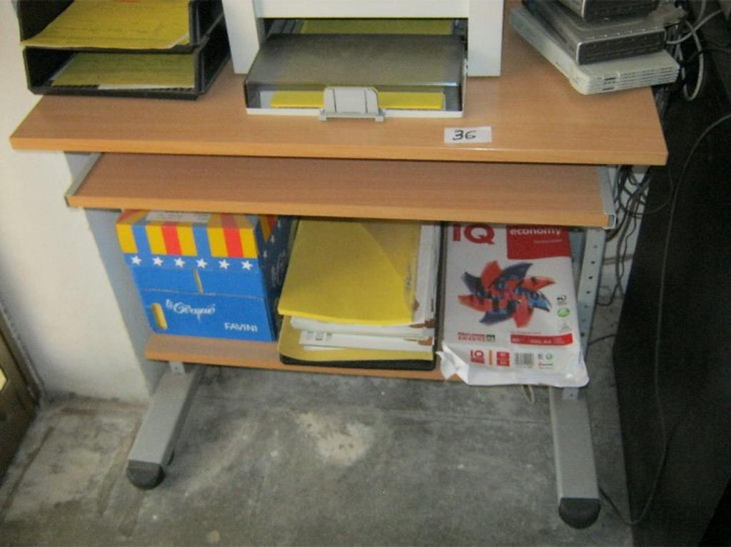 N. 36 (775 FALLIMENTO) MOBILETTO PORTA COMPUTER SU RUOTE IN LEGNO E METALLO (BENI IN ASTA E VISIBILI