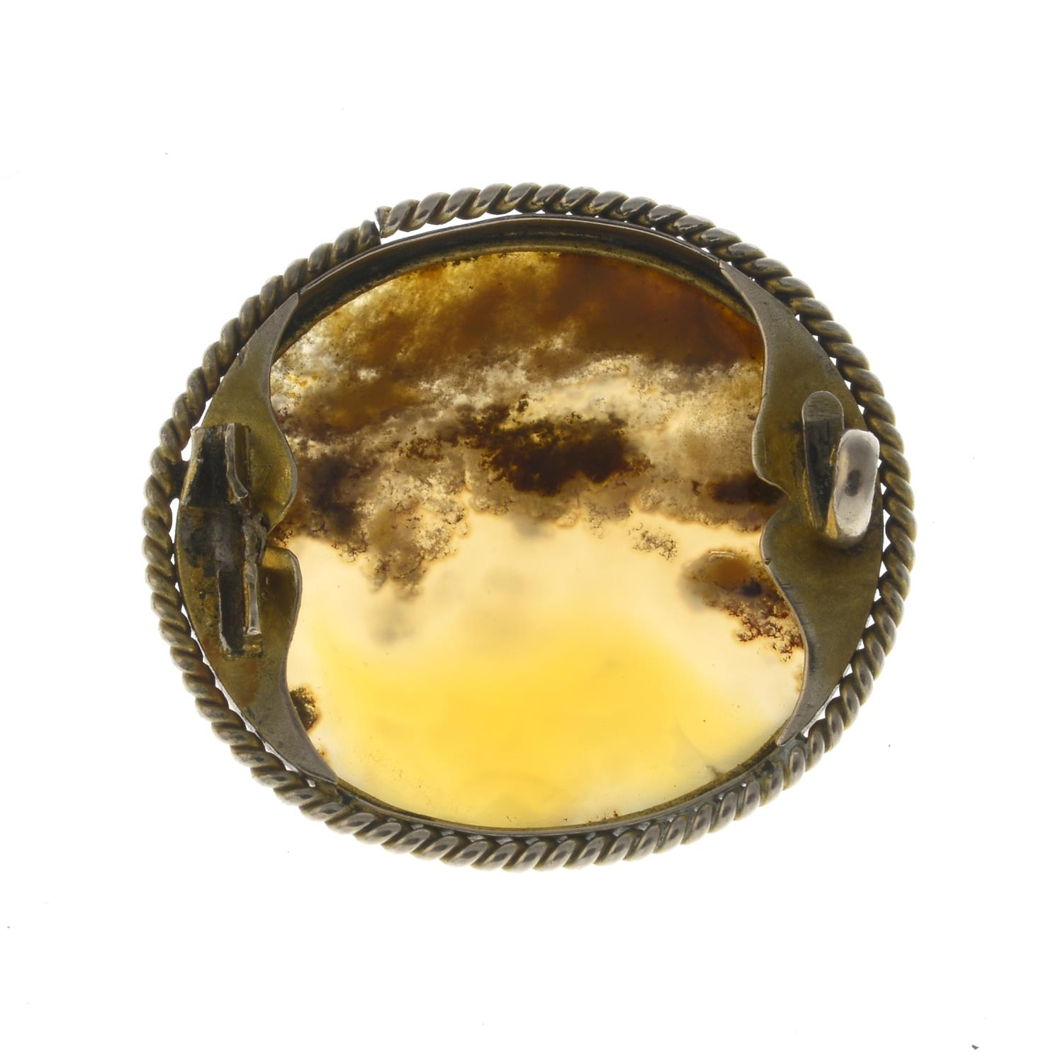 Lot 39 - An early 20th century gold agate brooch.AF.