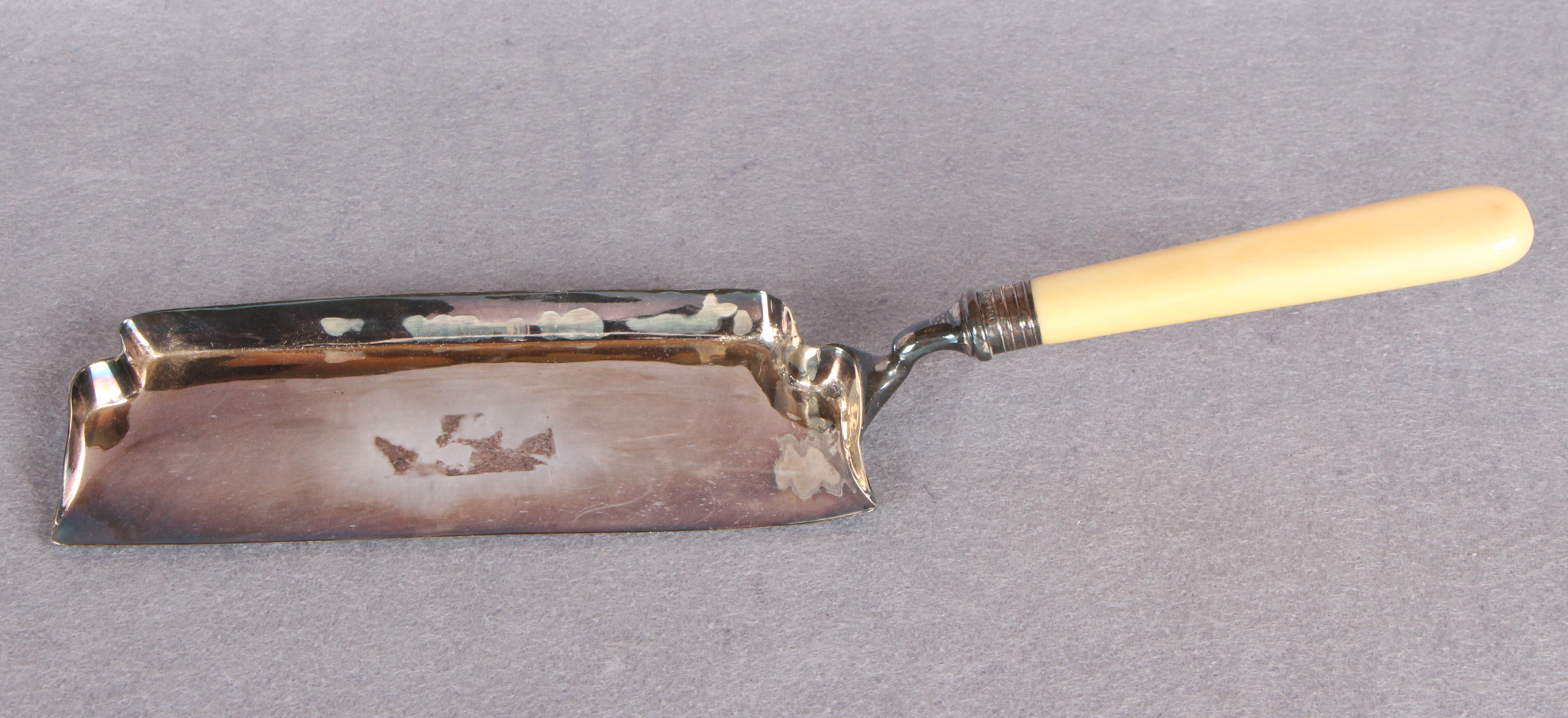 Lot 56 - A crumb scoop with plain ivory handle, Sheffield 1915 (approximate weight 5.
