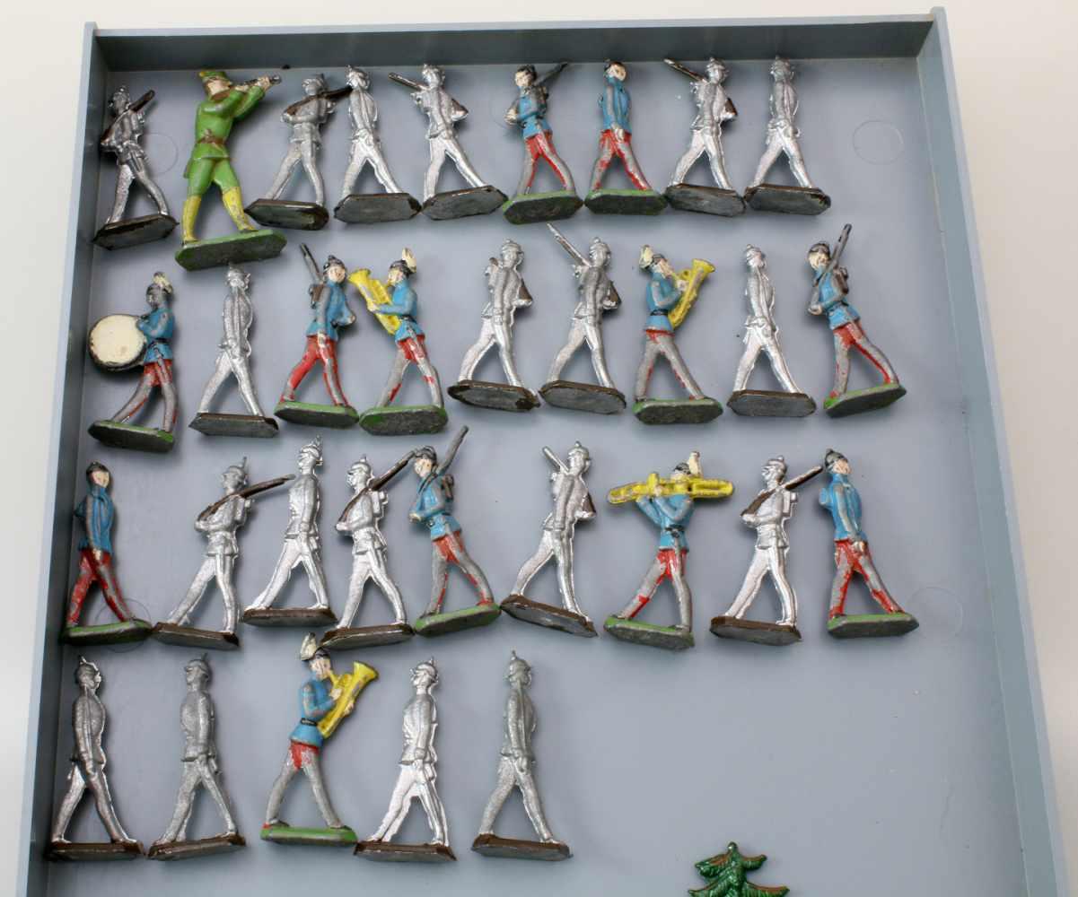 Zinnfiguren - 52 Bäume und 32 SoldatenBäume polychrom staffiert - unbespielt, Soldaten teils - Bild 2 aus 2