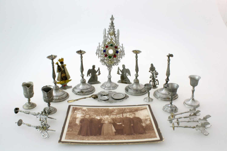 Klerikales Spielzeug eines späteren Geistlichen um 189025 Teile aus Zinn, Kelche, Kerzenleuchter,