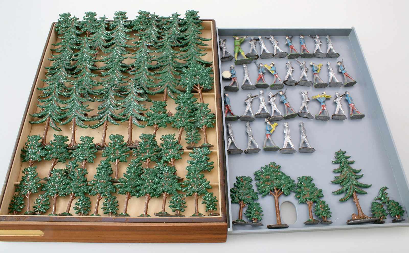 Zinnfiguren - 52 Bäume und 32 SoldatenBäume polychrom staffiert - unbespielt, Soldaten teils