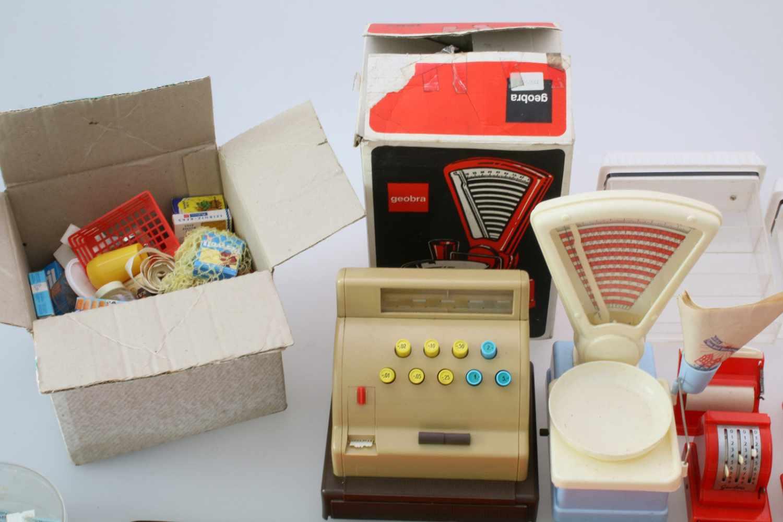 Kaufladen 60er Jahre mit Kasse, Waage und ZubehörGroße, funktionsfähige Kasse mit Bondrucker, Geobra - Bild 2 aus 3