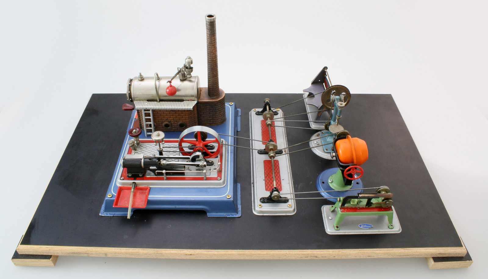 Dampfmaschine Wilesco mit ZubehörDampfmaschine, Transmissionsantrieb, Säge, Betonmischer,