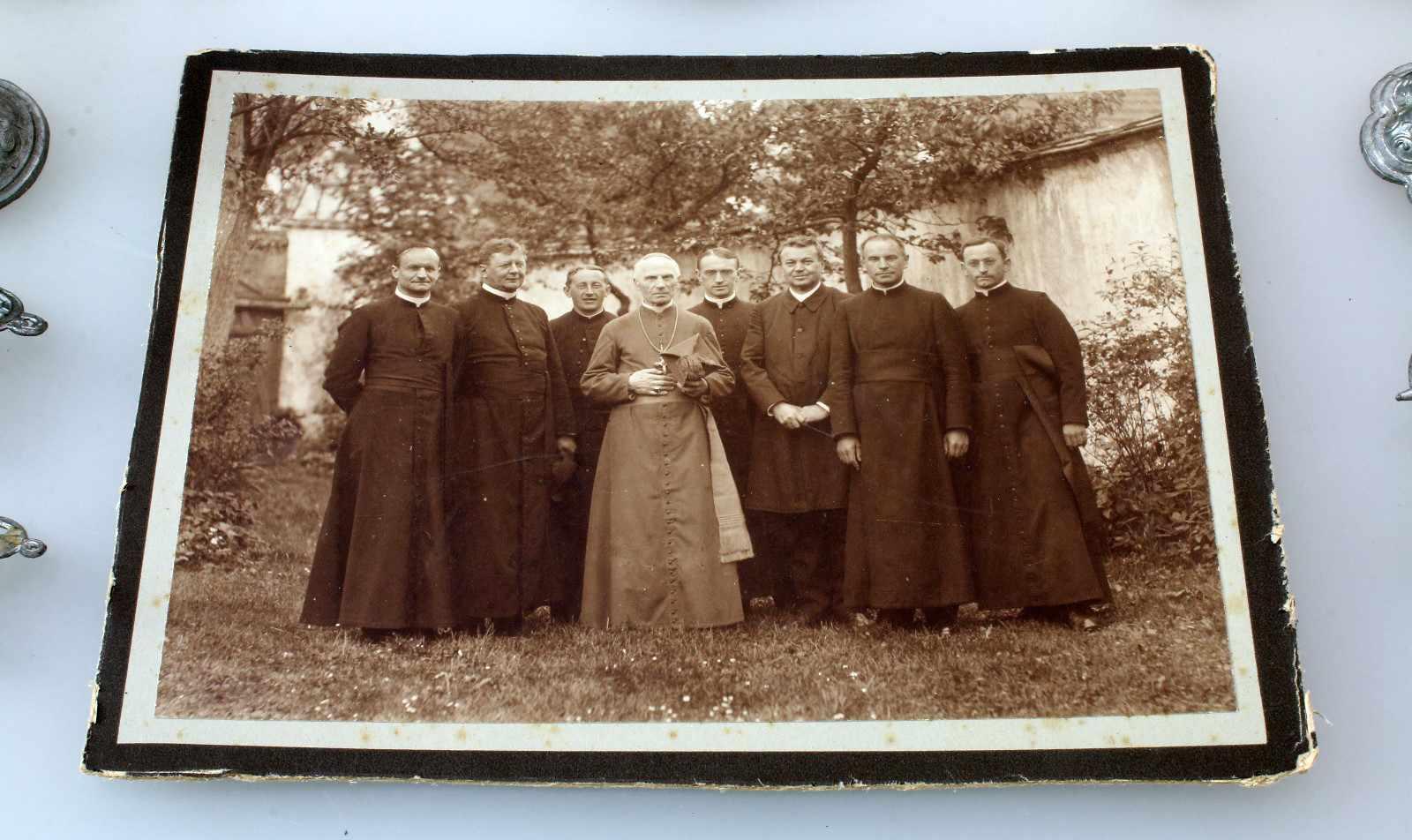 Klerikales Spielzeug eines späteren Geistlichen um 189025 Teile aus Zinn, Kelche, Kerzenleuchter, - Bild 3 aus 3