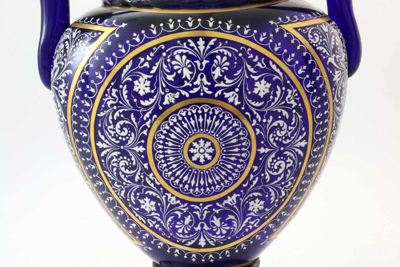 Kobaltblaue Vase mit Orientaldekor - J. & L. Lobmeyr um 1875Beidseitig abgeflachter, bauchiger - Bild 4 aus 6
